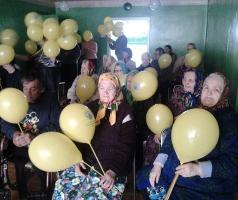 Представители БФ Александра Романовского подарили праздник ветеранам в Торецке