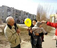 Волонтеры поздравили рубежанок с праздником весны и любви