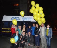 Александр Романовский вместе с волонтёрами поздравил жителей города Рубежное с Днём Семьи
