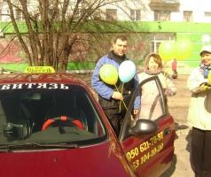 Волонтеры БФ Александра Романовского поздравили таксистов с  профессиональным праздником