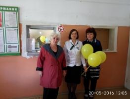 В Торецке волонтеры поздравили работника «Ощадбанка»